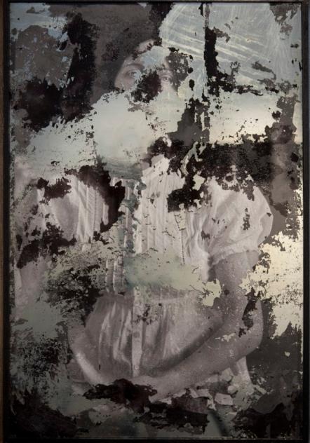 INTERIOR VERTICAL opcion 1 IZQ Blinde Klippe 2 Fotografia intervenida con humo copia sobre papel de algodon espejo decapado 70x50cm 2015